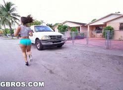 Safada correndo no meio da rua de shortinho tolado na bunda antes de uma boa foda