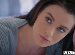 Ninfeta perfeita do olho azul dando uma transada da boa