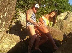 Um casal sem vergonha fodendo escondido na praia