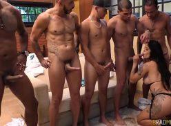 Homens dotados fazem fila para a morena safada chupar suas picas