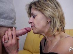 Vídeo de sexo com a coroa pagando um boquete na rolinha