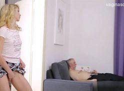 Loirinha pega o seu avô se masturbando