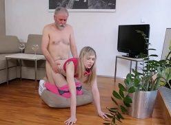 Video de putaria da loirinha dando para o velhinho de quatro