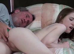 Video de sexo da branquinha dando para o velho tarado